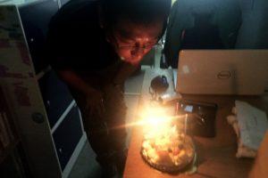 誕生日ケーキを吹き消す